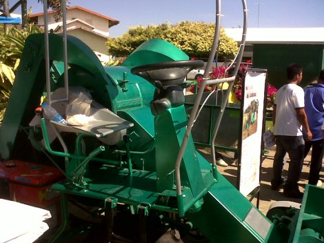 This mini-combine can help Filipino farmers do more with just a few farm hands.